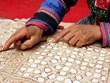 (Televisión) Conservan la fabricación del instrumento para pintar telas de etnia Mong