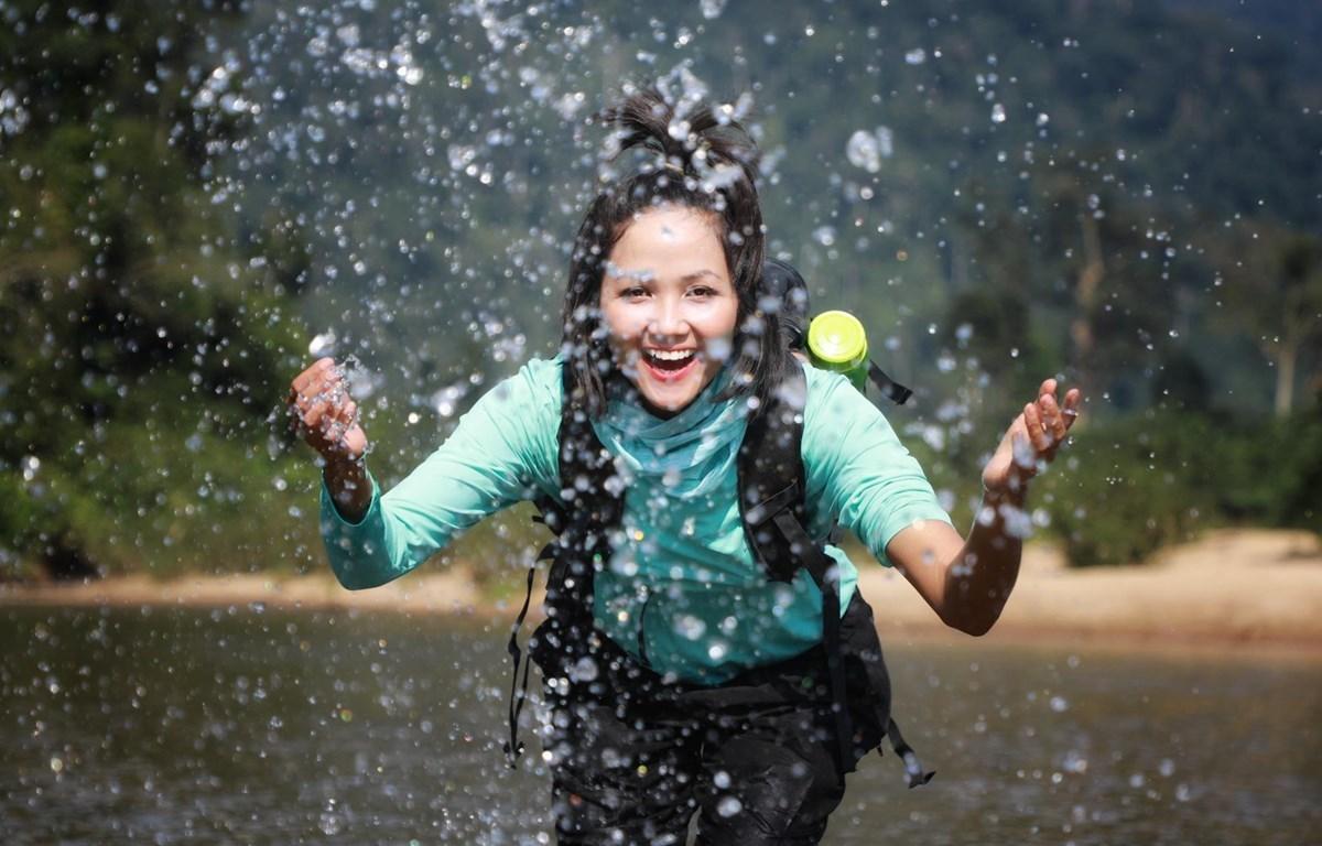 La Miss Vietnam H'Hen Nie se prepara para explorar la cueva de Son Doong (Foto ilustrada: Vietnam+)