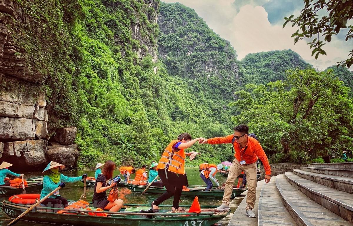 Turistas vietnamitas visitan el complejo paisajístico de Trang An, en la provincia de Ninh Binh, reconocido como patrimonio mixto mundial. (Foto: Vietnam+)