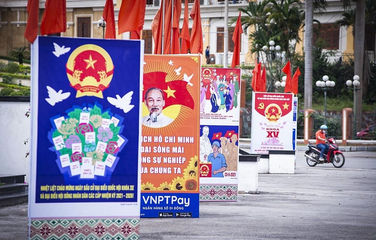 Se instalan paneles, banderas y pancartas con lemas para promocionar las elecciones de diputados a la Asamblea Nacional de la XV legislatura y los Consejos Populares en todos los niveles para la etapa 2021-2026 (Fuente: VNA)