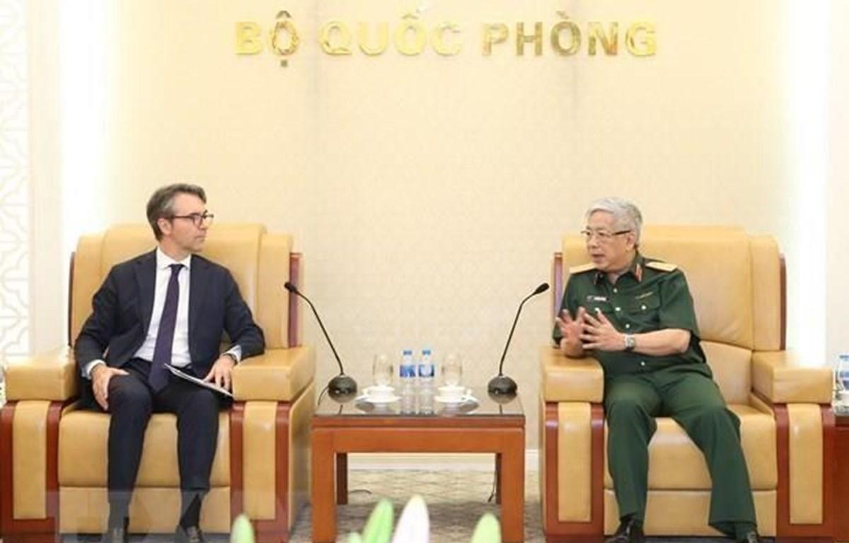 El viceministro vietnamita de Defensa, coronel general Nguyen Chi Vinh, (D) y el embajador Giorgio Aliberti, jefe de la misión de la UE en Vietnam
