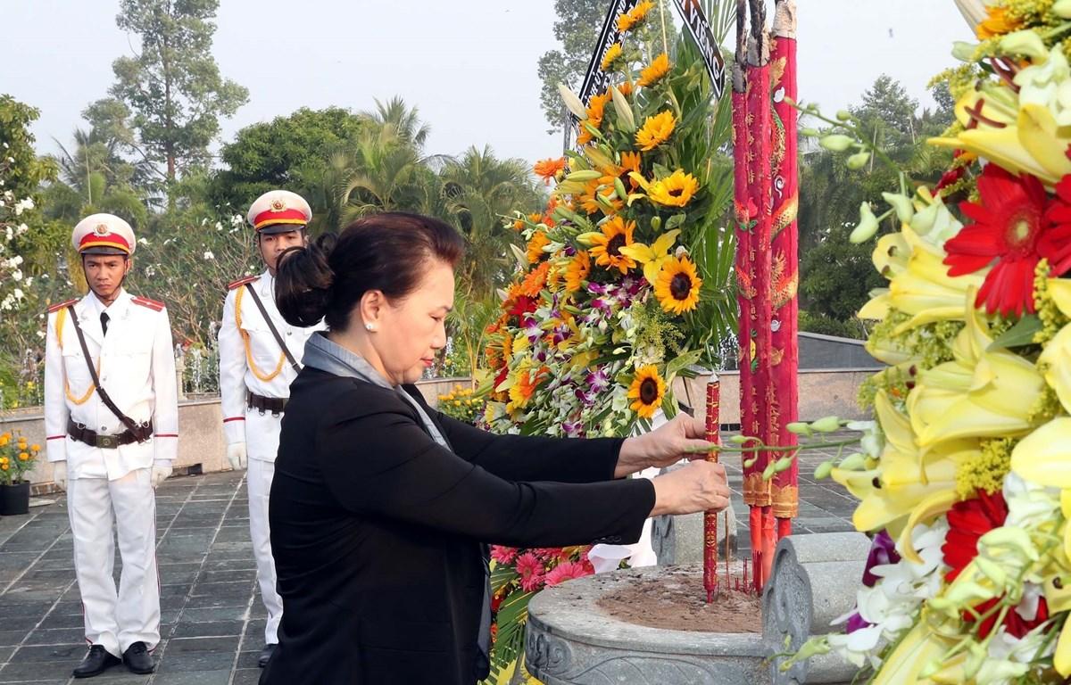 Presidenta de la Asamblea Nacional de Vietnam rinde homenaje a mártires en Ben Tre