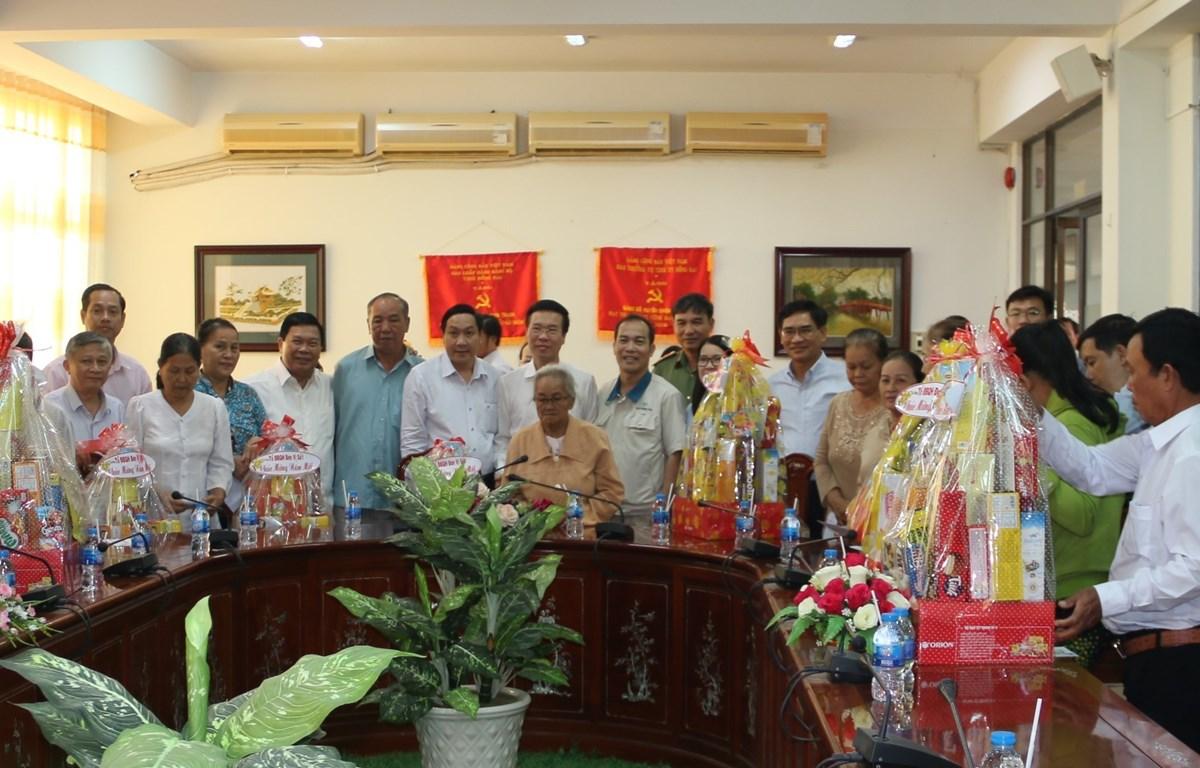 Obsequia dirigente vietnamita regalos de Tet en provincia de Dong Nai