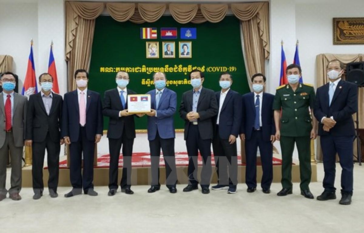 Vietnam dona equipos médicos a Camboya para lucha contra el COVID-19