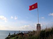 Inauguran asta de bandera en isla de Phu Quy