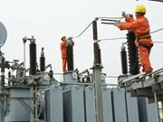 Instalan línea eléctrica que cruza mar más larga de Vietnam