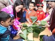 Estudiantes hanoyenses aprenden a elaborar Banh Chung