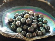 Empresa vietnamita aplica tecnología en creación de decoraciones en perlas
