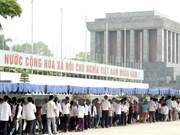 Miles visitantes rinden tributo a Ho Chi Minh en Día de Reunificación Nacional