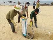 Asisten a pescadores en zona afectada por muerte masiva de peces