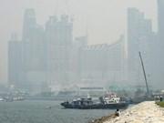 Cubierto Singapur en neblina