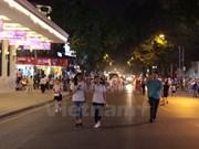 Primera noche en espacio peatonal del Lago Hoan Kiem