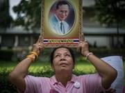 Los tailandeses rezan por su rey