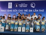 Niños pobres en ciudad vietnamita reciben leche gratuita