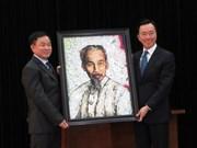 Reciben en Vietnam retrato del Presidente Ho Chi Minh creado por artista francés