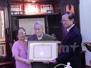 Primer vietnamita residente en Laos recibe insignia partidista