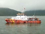 Trasladan a tierra marineros vietnamitas de barco accidentado en el mar