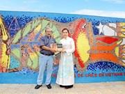 Chile incorpora una pintura al Mural Mosaico Cerámico de Hanoi