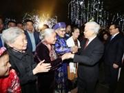 Secretario general del PCV da bienvenida al Tet con residentes de Hanoi