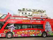 Vietnamitas y turistas descubren Hanoi en autobuses de dos pisos