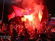 [Fotos] Fanáticos vietnamitas celebran cuarta victoria consecutiva de selección de fútbol en ASIAD