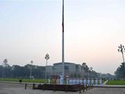 [Fotos] Vietnam iza bandera a media asta en señal de duelo por fallecimiento de Do Muoi, exsecretario general del Partido Comunista