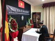 [Fotos] Embajadas de Vietnam en extranjero abren libro de condolencias por deceso de Do Muoi, exsecretario general del Partido Comunista