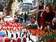 [Foto] Productos navideños dominan tiendas y puestos de venta en Hanoi