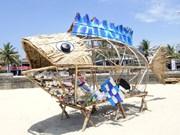 Crean contenedor con forma de paz para limpiar de basura plástica playa vietnamita