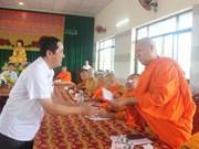 Entregan regalos a dignatarios religiosos en ocasión de los festivales de Vu Lan y Sene Dolta