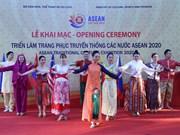 Exhibición de trajes tradicionales de los países de la ASEAN en Hanoi