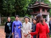 Cónyuge del premier japonés se interesa en la primera universidad de Vietnam
