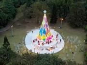 Navidad con árbol multicolor en forma de brotes de bambú más grande de Vietnam