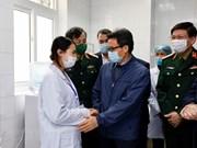 """Vicepremier visita a voluntarios del primer ensayo de vacuna anticovid """"hecha en Vietnam"""""""