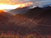 Hermoso atardecer en cimas de las montañas en Vietnam