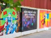 Mural de propaganda sobre lucha contra el COVID-19 en Hanoi