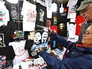 [Fotos] Camisetas con imágenes del presidente estadounidense Trump, y el líder norcoreano, Kim Jong-un, invaden las calles de Hanoi.