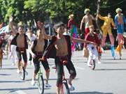 [Foto] Espectáculos de circo en las calles peatonales en el lago Hoan Kien