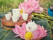 Disfrutan del té aromático de loto en madrugada de verano de Hanoi