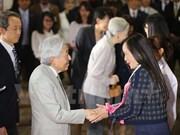 Emperador Akihito conversa con vietnamitas que estudiaron en Japón