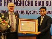 Vietnam honra al profesor francés con Orden de Amistad