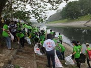 """Jóvenes en Hanoi protegen medio ambiente en """"Domingo verde"""""""