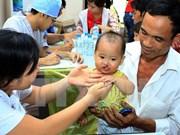 Vicepresidenta vietnamita entrega regalos a niños con defectos faciales