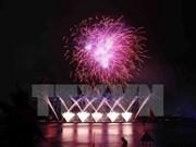 La luz de los fuegos artificiales ilumina la noche de Da Nang