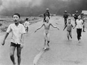 """Nick Ut dona la foto """"La niña del napalm"""" al Museo de la Mujer de Vietnam"""