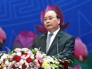 Primer ministro de Vietnam dialoga con la comunidad empresarial