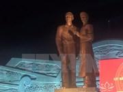 Develan en Vietnam monumento de Ho Chi Minh y su padre