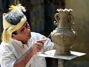 Exhiben productos de cerámica y brocado del pueblo Cham