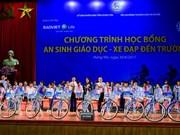 Entrega vicepresidenta vietnamita regalos a alumnos pobres