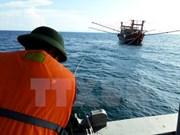 Llevan a tierra a pescadores vietnamitas de barco averiado en el mar